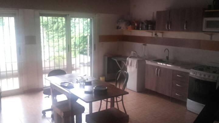 Habitación en segundo piso junto con sala deensayo