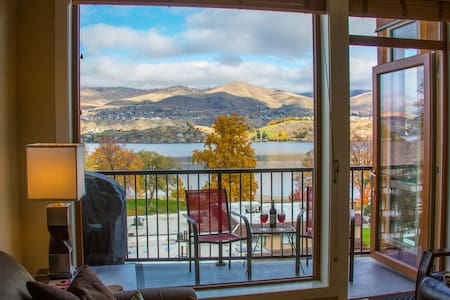 *Instaworthy Lake Views*Luxury Penthouse Suite*Steps to Lake*Pool/Hot Tub*WiFi