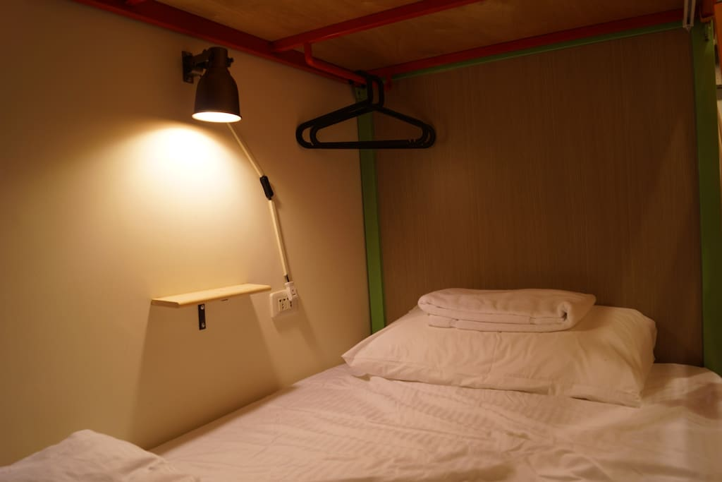 附閱讀燈.床邊層架.浴巾.隱私床簾