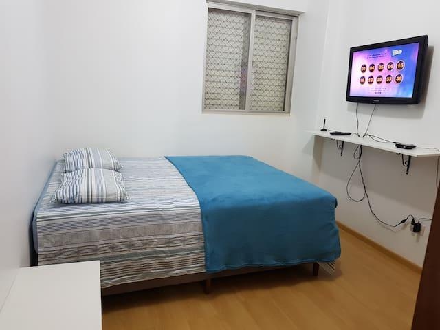 Quarto com cama queen com armários embutidos em cerejeira, bancadas de apoio e TV. Lençóis novos 100% algodão já lavados.