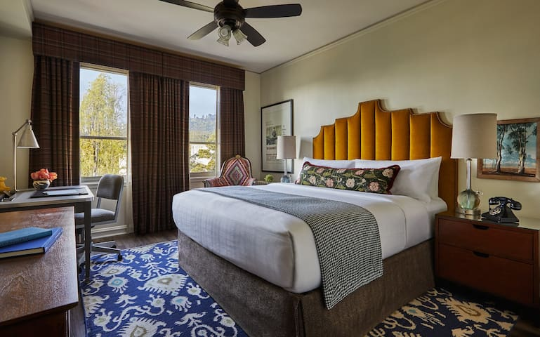Executive Queen - Advance Purchase Like our Graduate Queen Rooms, But with Top-Floor Views