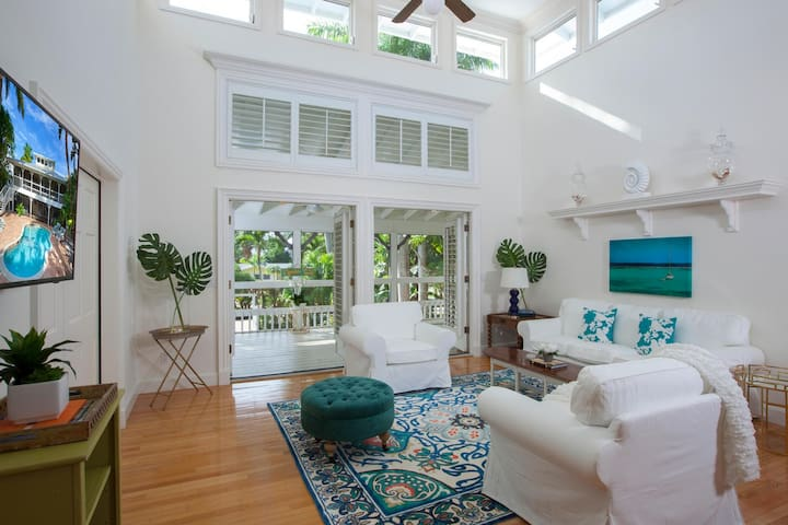 CANARY COVE COTTAGE in Olde Naples!
