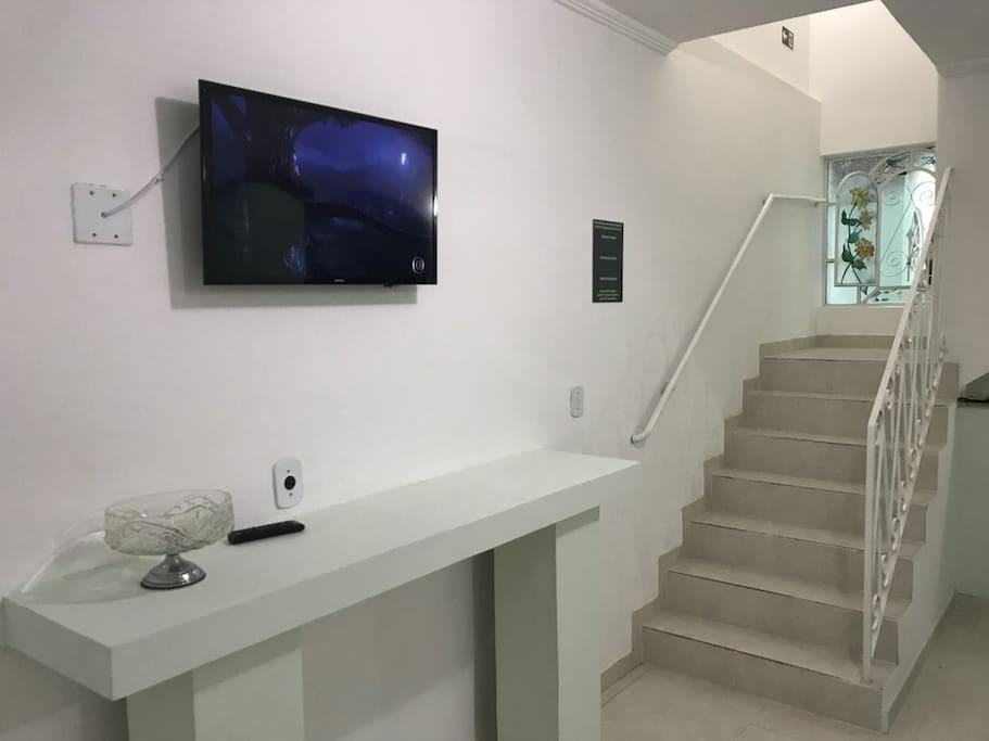 Sala de estar e escada de acesso aos quartos.