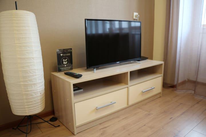 ТВ с плоским экраном, ночной светильник