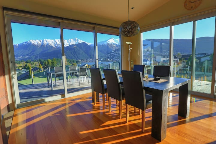 KING OF THE CASTLE - STUNNING VIEWS - Queenstown
