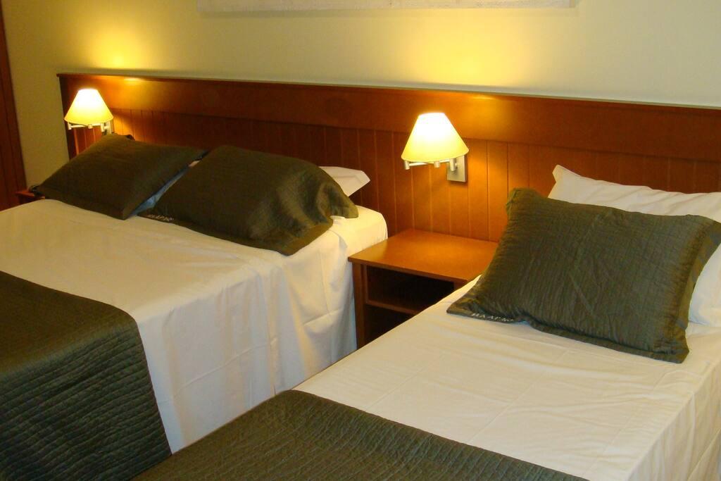 Cama casal king, cama solteiro + cama auxiliar