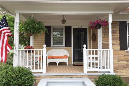 Hawthorn Cottage Great In-town Location!