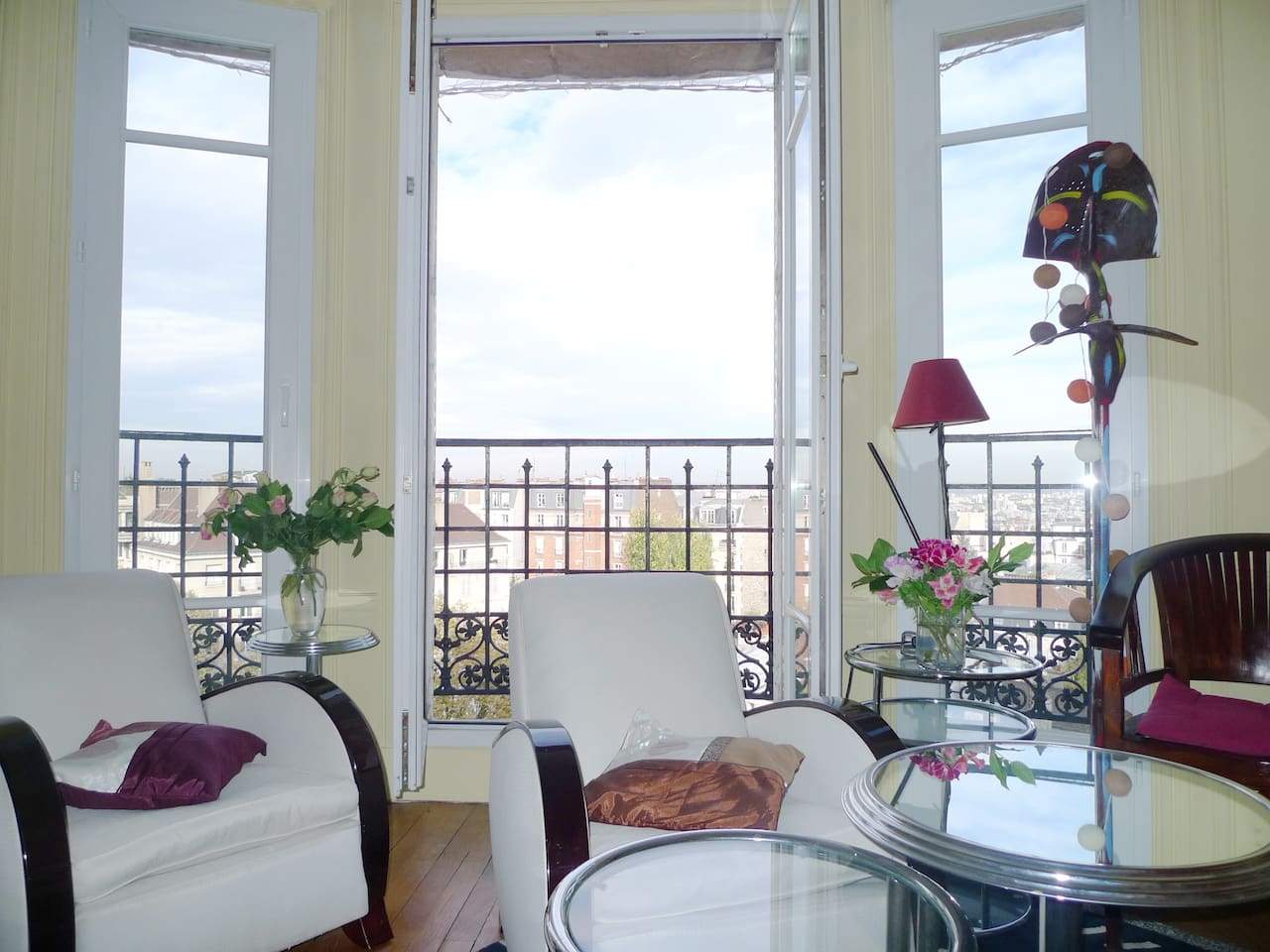 Apt. Celine - The living room offers a panoramic view over Paris and design armchairs