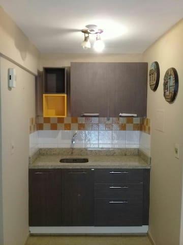La cocina renovada cuenta con heladera, microonda, un lavadero y cubiertos