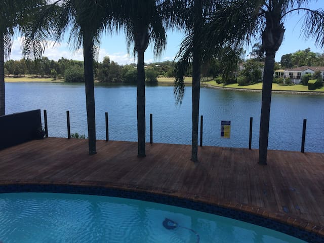 Luxury Waterfront Home-4 Min to Commonwealth Games