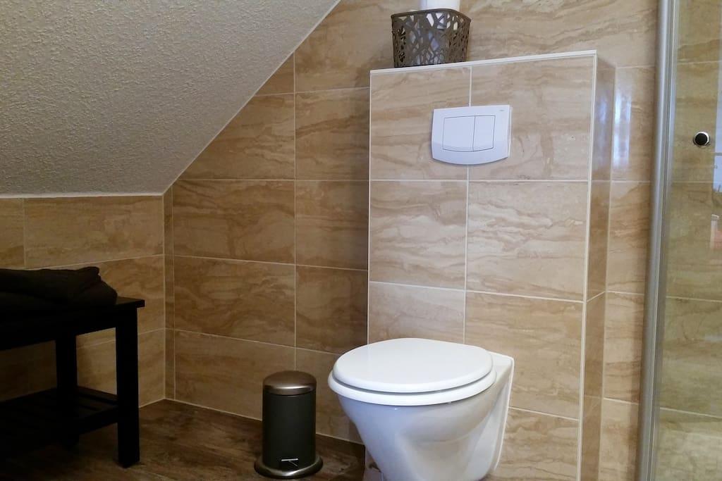 Das Bad im Seeadlerzimmer (mit ebenerdiger Dusche)
