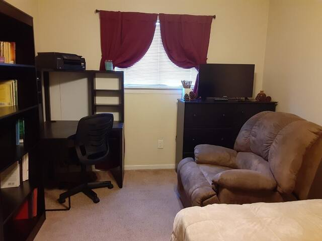 Coral Shores Room: Coffee & Parking in SW Houston
