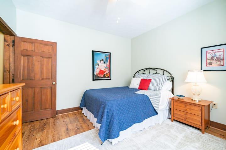 Second bedroom has new i-Comfort series queen mattress.