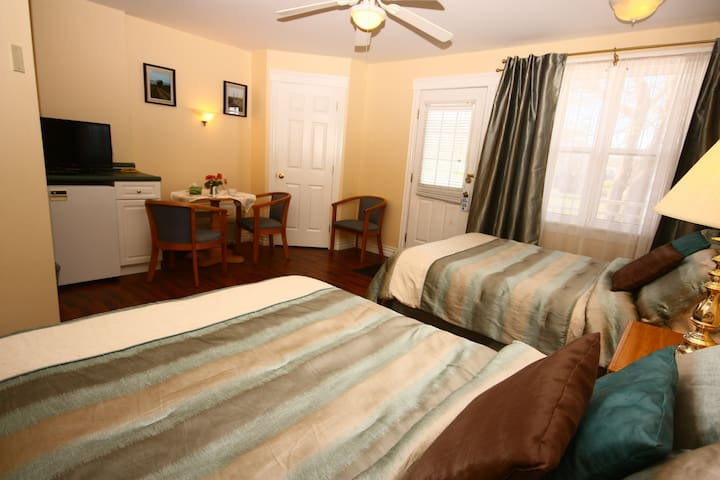Come From Away B&B Inn - Waterfront - Harbour View (Room 1)