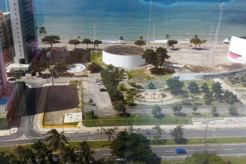 Vista, a partir do elevador panorâmico, do parque Dona Lindu e da praia de Boa Viagem