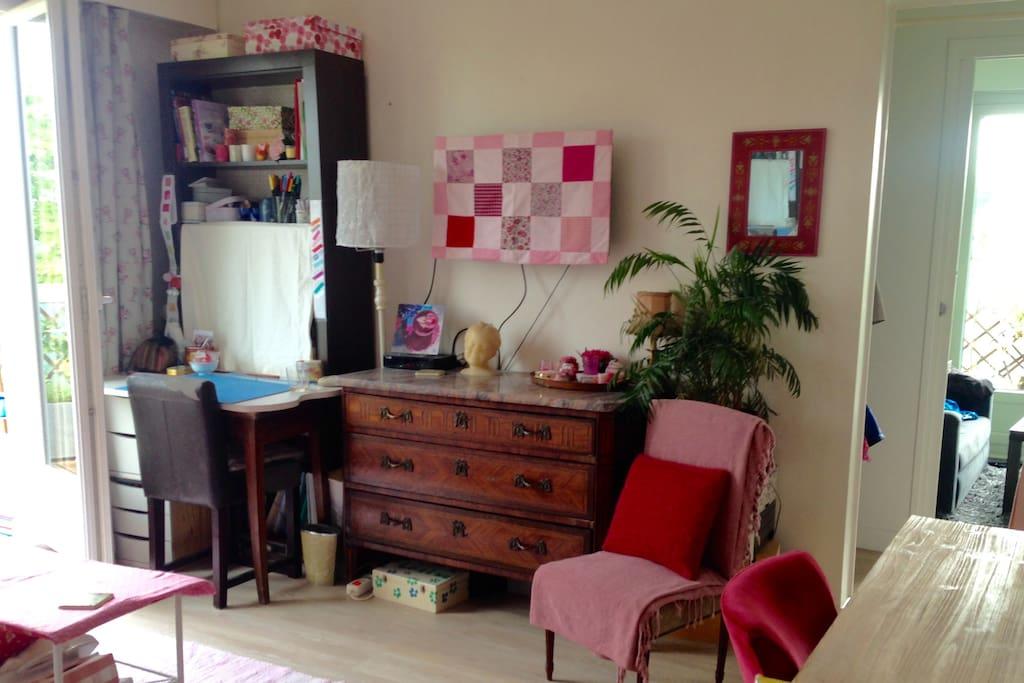"""Salon avec mon espace """"atelier créatif"""" sur la gauche"""