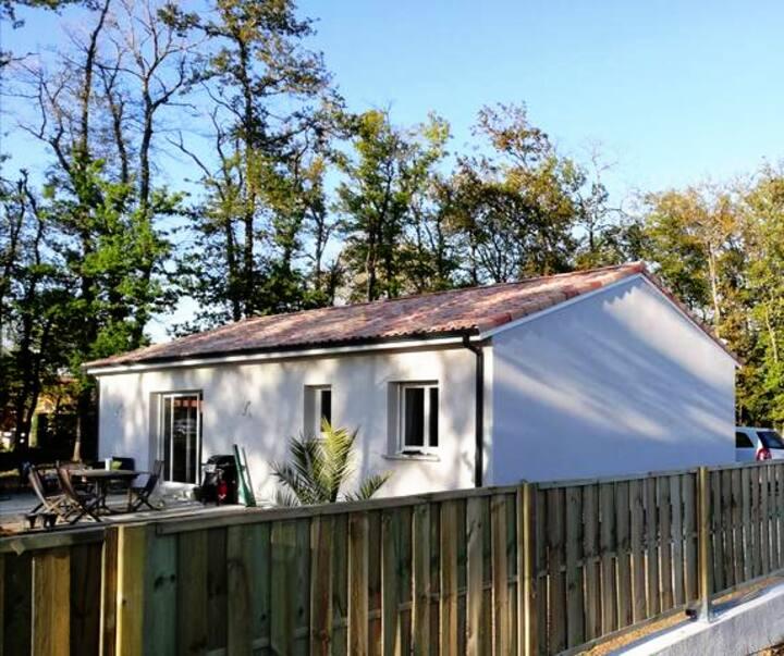 Maison paisible à l'ombre des chênes