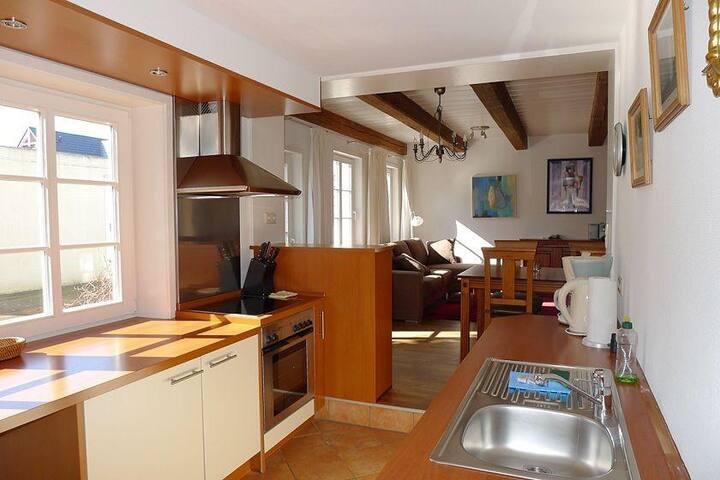 Offene Räume als Wohnkonzept. Die große und helle Küche mit Blick auf den angrenzendem Wohnbereich.