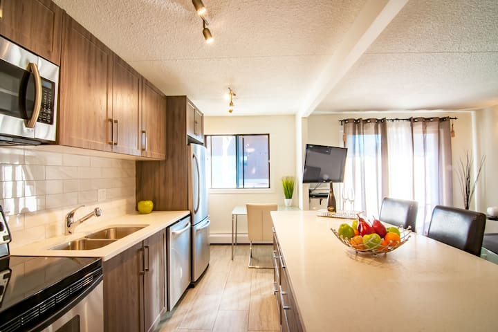 ★★★★★ Private Modern Apartment Downtown + 17th Ave
