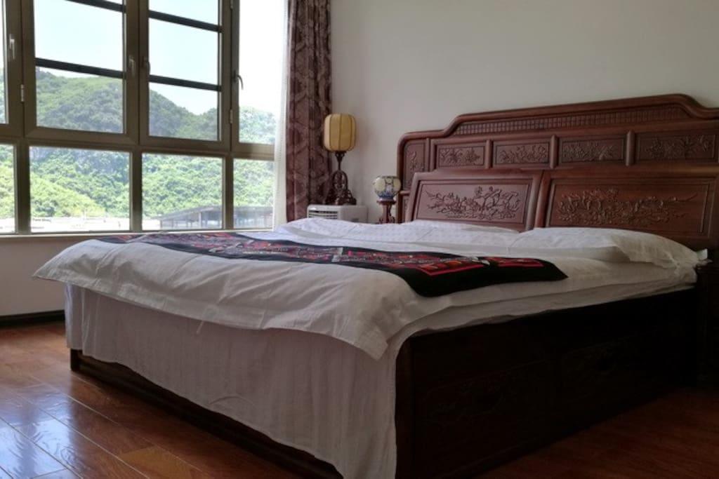 主卧为中式大床,舒适干净,窗外风景如画!