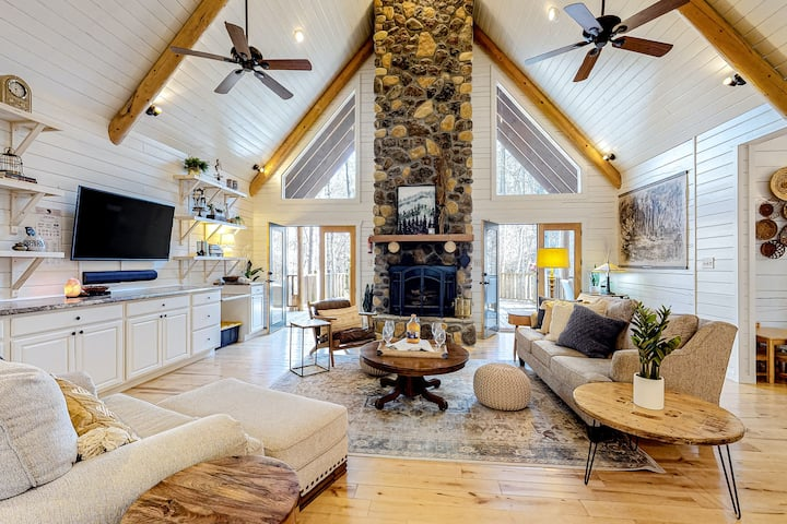 Stylish, Dog-Friendly Cabin w/ Free WiFi, Fireplaces, Private Hot Tub, Game Room
