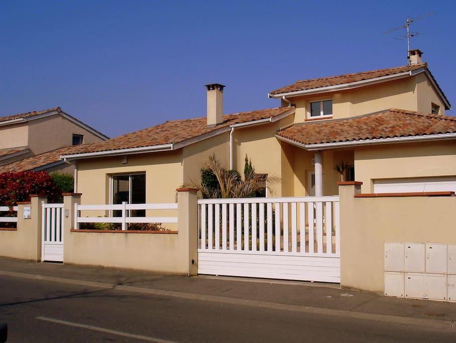 Maison d 39 architecte avec jardin proche toulouse villas for Architecte batiment de france toulouse