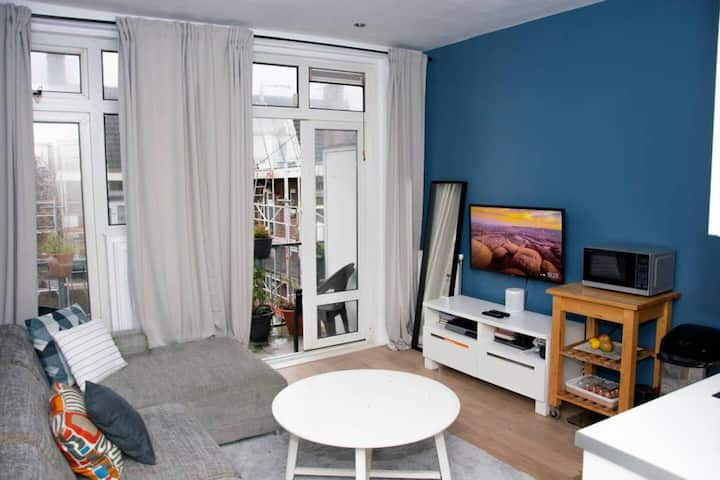 Lovely cosy apartment for two in lively west side