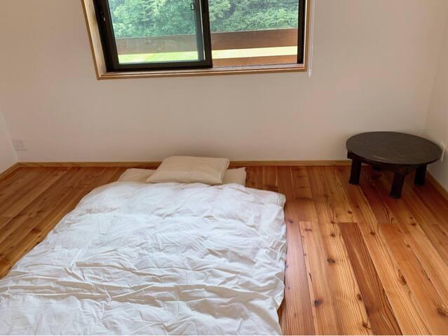 体験ヴィーガン夕食付き。3人までのシェアルーム。 小さなお子様の添い寝の場合には人数に含まれません。ただし、布団を使用されますと人数にカウントされます。 布団類は全てオーガニック。 床は無垢材、壁は漆喰でお部屋もオーガニック建材。 鍵あり。