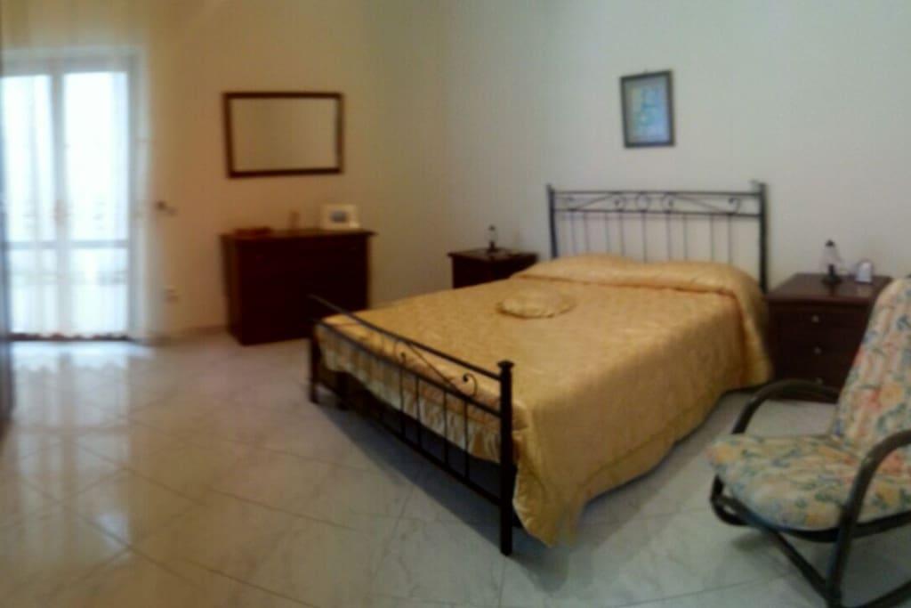 Camera da letto con terrazzino. Possibilità letto aggiunto.