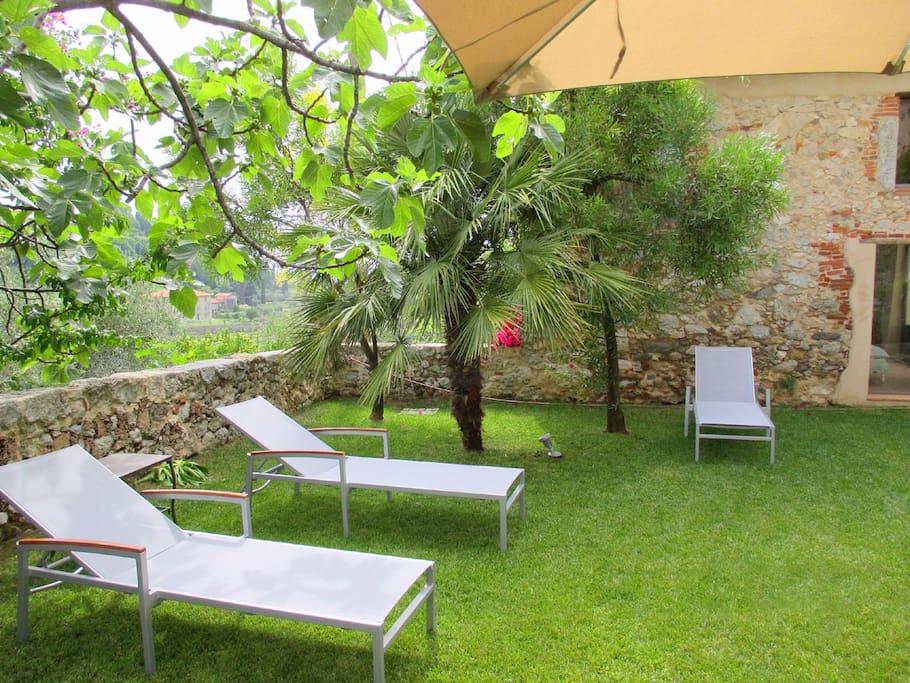 Entspannen im Garten unter Schirmen und schattigen Bäumen