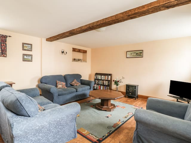 THE BYRE, pet friendly, with a garden in Cockermouth, Ref 972482