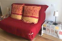 Chambre d'hôte familiale, canapé lit BZ et lits gigognes. Couchage pour 4 personnes