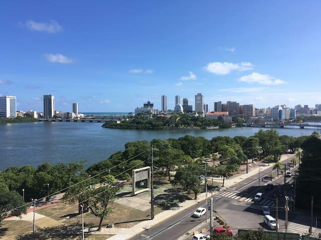 Perto do Recife Antigo e Olinda, com vista pro Rio