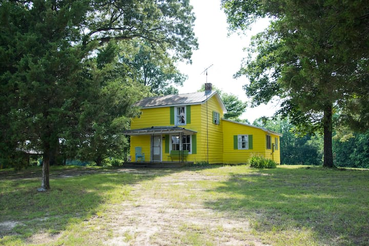 Buttercup Hill Farmhouse - 3.7 miles from VIR!