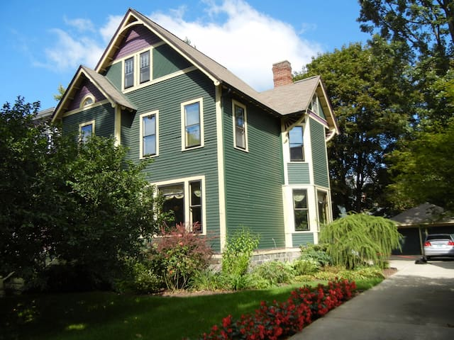 Beautiful Historic Home Near Kalamazoo Colleges - Kalamazoo - Huis