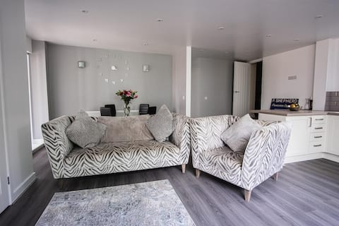Lovely 2 bed apartment next to Abbey and River severn beautiful town centre stay in quiet location