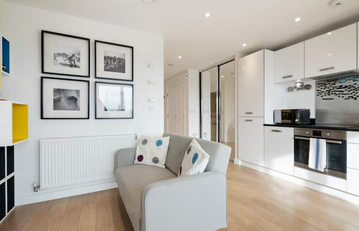 Chic & Contemporary Studio Apartment with Balcony in East London