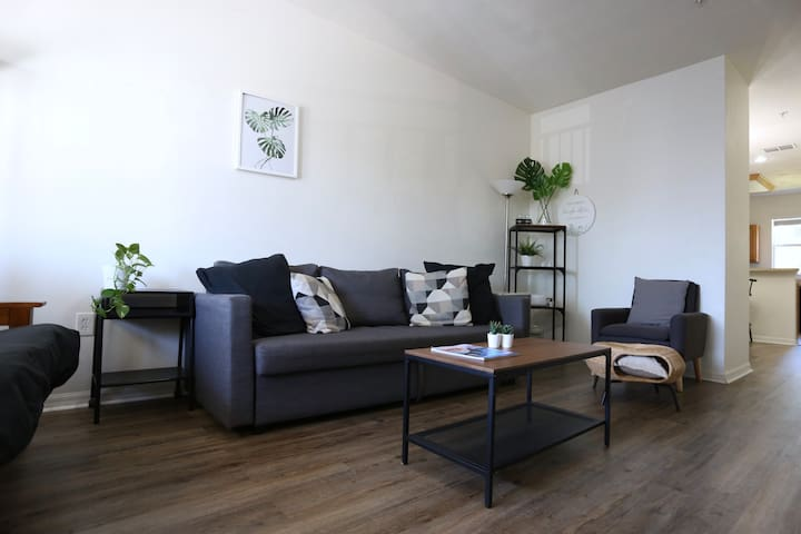 Modern & Comfy Condo (Haven for Displaced People)