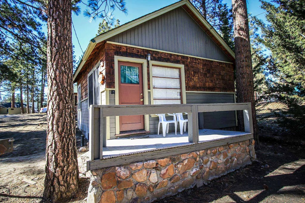 Juniper cabin cozy romantic walk to town basic kitchen for Romantic big bear cabins