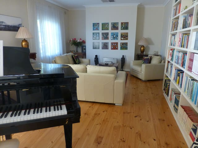 Very large suite, great location and breakfast! - Urrbrae - Apartmen
