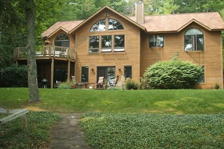 Beautiful Cedar Home on N Lake Leelanau - Leland - Leland - บ้าน