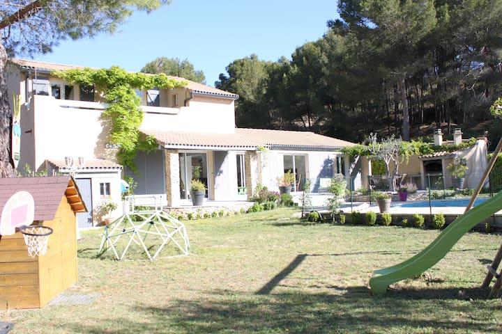 Villa climatisée avec piscine en bordure de forêt - Rognac - Villa