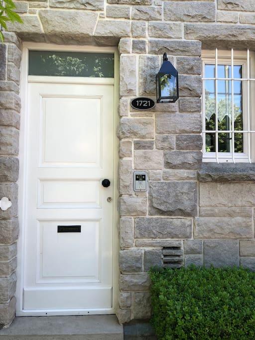 Puerta de entrada al departamento sobre la calle Primera Junta