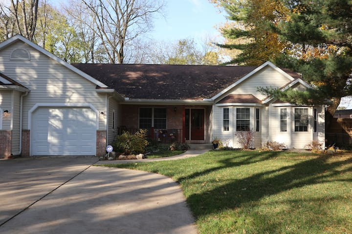 Spacious 2 bdrm home minutes from dtwn Kalamazoo