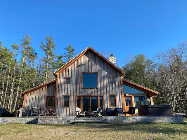 New Barn Home - Music Studio, Views & Hot Tub