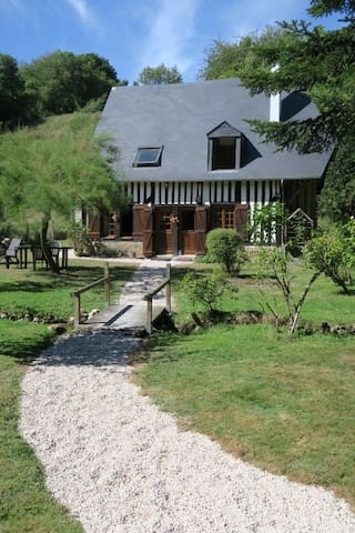 A house nestling in the bottom of the valley - Saint-Pierre-de-Cormeilles - Casa