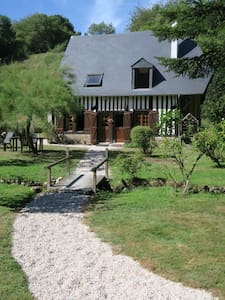 A house nestling in the bottom of the valley - Saint-Pierre-de-Cormeilles - House
