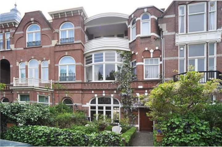 Expats! Large townhouse near French /German school