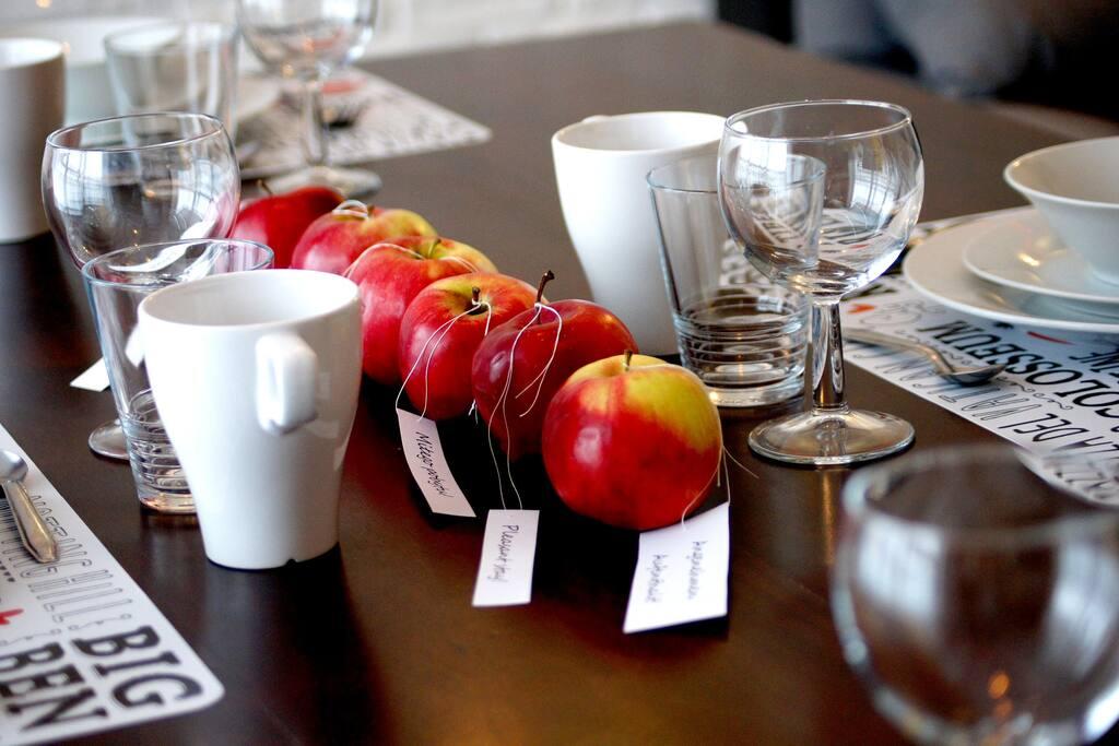 Stół z pełną zastawą