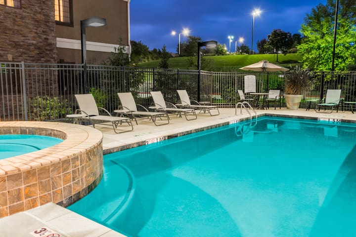 King Suite. Free Breakfast. Outdoor Pool & Hot Tub. Near Centerpoint Medical Center!